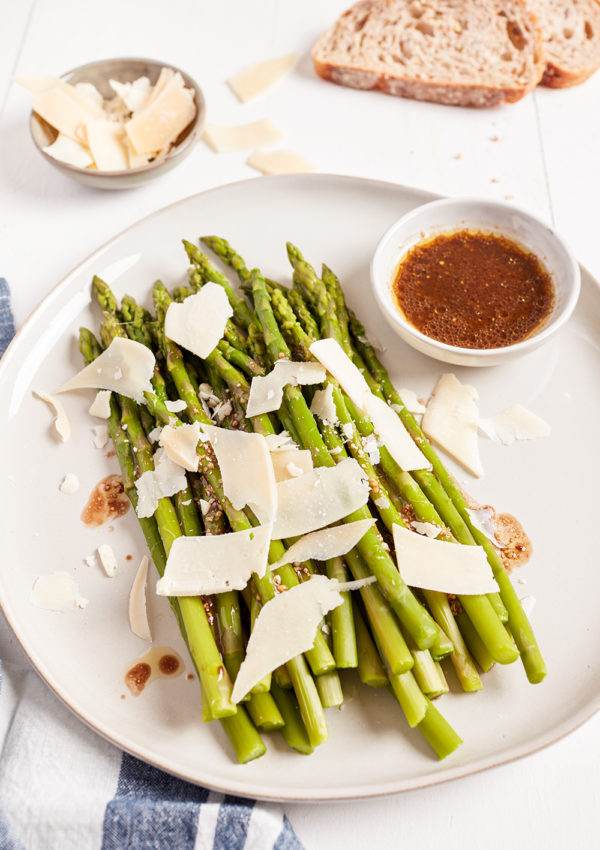 Asparagus with vinaigrette and Parmesan
